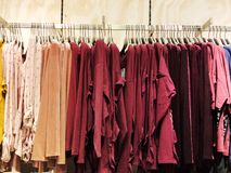 RISHON LE ZION, ISRAEL FEBRUARI 12, 2018: Modern kläder i en shoppa på en hängare Arkivbilder