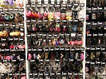 RISHON LE ZION, ISRAEL 12. JANUAR 2018: Verschiedene Gummibänder, Haarspangen und alles Haarzubehör wird im Speicher verkauft Lizenzfreies Stockbild