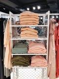 RISHON LE ZION, ISRAEL JANUARI 12, 2018: Inom klädlagret på varuhuset i Rishon Le Zion Royaltyfria Foton