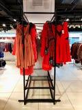 RISHON LE ZION, ISRAEL JANUARI 12, 2018: Modern kläder i en shoppa på en hängare Fotografering för Bildbyråer