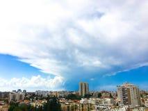 RISHON LE ZION, ISRAEL-OCTOBER 16, 2017: Ett fantastiskt dramatiskt molnigt över staden och en härlig dramatisk himmel med moln Royaltyfri Fotografi