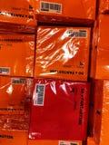 RISHON LE ZION, ISRAELE 16 DICEMBRE 2017: I tovaglioli colorati sigillati sono venduti nel deposito Vista da sopra Immagine Stock
