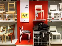 Rishon Le Zion, Israele 16 dicembre 2017: Le sedie dei tipi differenti sono vendute nel negozio Scelta ricca Fotografie Stock