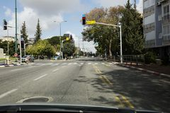 RISHON LE ZION, ISRAELE 27 FEBBRAIO 2018: Automobili sulla strada un giorno soleggiato in Rishon Lezion Fotografie Stock