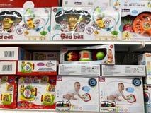 RISHON LE ZION, ISRAELE 2 FEBBRAIO 2018: I giocattoli del ` s dei bambini e tutte le specie di piccole cose sono venduti nel depo Fotografia Stock