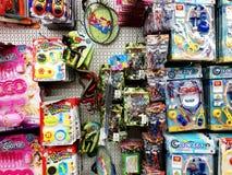 RISHON LE ZION, ISRAELE 2 FEBBRAIO 2018: I giocattoli del ` s dei bambini e tutte le specie di piccole cose sono venduti nel depo Fotografie Stock