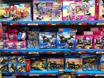 RISHON LE ZION, ISRAELE 2 FEBBRAIO 2018: I giocattoli del ` s dei bambini e tutte le specie di piccole cose sono venduti nel depo Immagini Stock