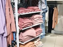 RISHON LE ZION, ISRAELE 12 GENNAIO 2018: Dentro il negozio di vestiti al grande magazzino in Rishon Le Zion Fotografie Stock Libere da Diritti