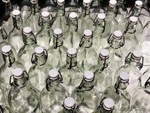 RISHON LE ZION, IZRAEL GRUDZIEŃ 16, 2017: Bukiet od przejrzystych szklanych butelek miękkie ogniska, butelkuje dużo Obraz Royalty Free