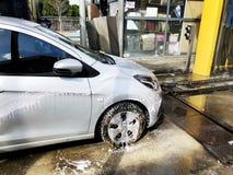 Rishon Le Zion Izrael, Luty, - 27, 2018: Obsługuje obmycie ręką samochód używać piankowego przygotowanie dla polerować, samochody Obrazy Stock