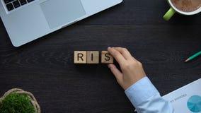Risico, bedrijfsvrouw die woord van kubussen maken, capaciteit om succes in carrière te bereiken stock videobeelden