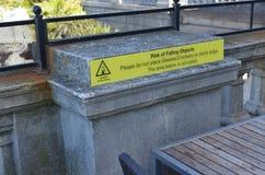 Risico van dalend objecten waarschuwingsbord Stock Foto