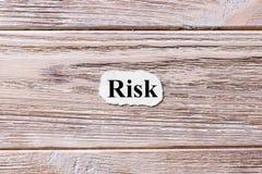 Risico van het woord op papier Concept Woorden van Risico op een houten achtergrond Stock Foto's