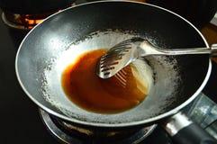 Risico van oude pan met oude kanker van de olieoorzaak, concept gezondheidslijn Stock Afbeelding