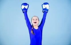 Risico van verwonding De vrouwelijke houdingen van de bokserverandering binnen sport Stijging vrouwenboksers Meisjes leuke bokser royalty-vrije stock foto's