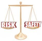 Risico versus het Saldoschaal die van Veiligheidswoorden Gevaarsopties vergelijken royalty-vrije illustratie
