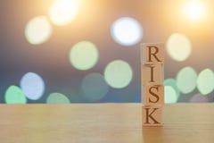 Risicobericht op 4 houten kubussen op een mooie bokehachtergrond stock foto