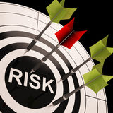 Risiko auf Dartscheibe zeigt riskantes Geschäft Stockfoto
