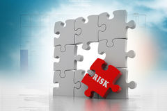 Risiko auf rotem Puzzlespielstück Stockbilder