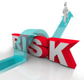 Risiko, das über das Wort vermeidet Gefahrengefahren springt Stockfoto