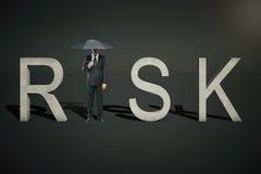 Risikokonzeptgeschäftsmann auf Schwarzem Stockfoto