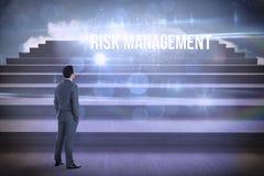 Risikomanagement gegen Schritte gegen blauen Himmel Lizenzfreies Stockbild