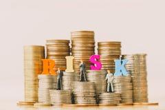 Risikomanagement und Kleinbetrieb bemannt auf Banksparbuch stockfotografie