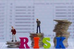 Risikomanagement und Kleinbetrieb bemannt auf Banksparbuch stockbild