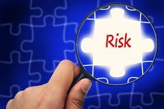 Risikomanagementwort Vergrößerungsglas und Puzzlespiele Lizenzfreies Stockfoto