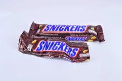 Risitas de la barra de chocolate en un fondo blanco Foto de archivo libre de regalías
