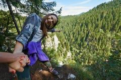 Riskabelt luta över klippan Royaltyfri Bild