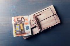 Riskabla pengar - euroräkning i musfälla Arkivbild
