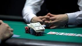 Riskanter Pokerspieler, der gesamt-in, alle Chips und Geld wettend, spielende Sucht geht stockfoto