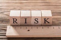 Riskbegrepp med trälinjalen arkivbilder