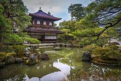 riskerade den trädgårds- makroen krattade sanden zen för stenar tre Arkivbild