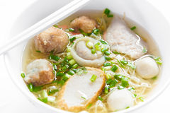 Risnudelsoppa med fiskbollar, thailändsk mat Royaltyfri Foto