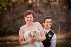 Riso alegre dos recém-casados fotos de stock