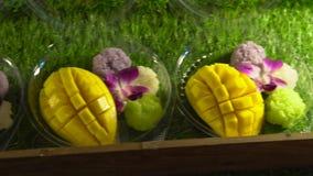 Riso appiccicoso del mango su un mercato asiatico di notte Concetto dell'alimento della Tailandia Concetto asiatico dell'alimento archivi video