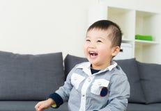 Riso asiático do rapaz pequeno Fotografia de Stock