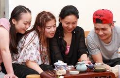 Riso asiático do telefone celular do relógio da juventude Imagens de Stock