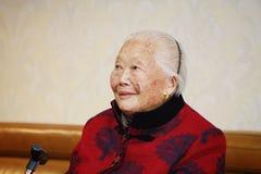 Riso asiático idoso feliz do retrato da mulher adulta do chinês 90s fotos de stock
