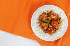 Riso basmati con le polpette del pollo in salsa Fotografie Stock