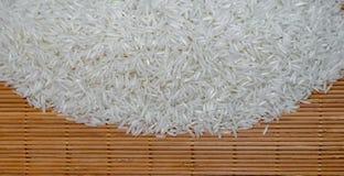 Riso bianco crudo sulla stuoia di legno Fotografia Stock Libera da Diritti