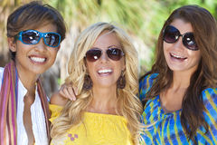 Riso bonito dos amigos das mulheres novas Fotos de Stock Royalty Free