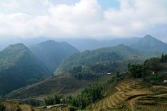 Riso che coltiva con la cabina dell'agricoltore sul mountainrange del Vietnam Immagini Stock Libere da Diritti