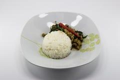 Riso completato con carne di maiale in padella e basilico Fotografia Stock