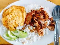 Riso con carne di maiale fritta e l'omelette Fotografie Stock Libere da Diritti