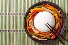 Riso con il pollo su una vista superiore del tovagliolo di bambù Immagini Stock Libere da Diritti