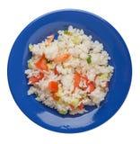 Riso con le verdure su un piatto isolato su fondo bianco riso con i pomodori, i cetrioli e le cipolle fotografia stock libera da diritti