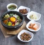 Riso coreano mis con le verdure e l'uovo con salsa coreana immagini stock libere da diritti